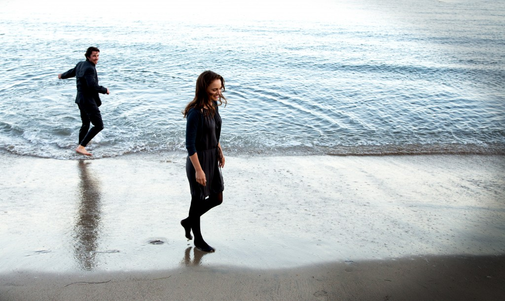 KoC-14913_R_CROP (l to r) Christian Bale stars as 'Rick' and Natalie Portman as 'Elizabeth' in Terrence Malick's drama KNIGHT OF CUPS, a Broad Green Pictures release. Credit: Melinda Sue Gordon / Broad Green Pictures